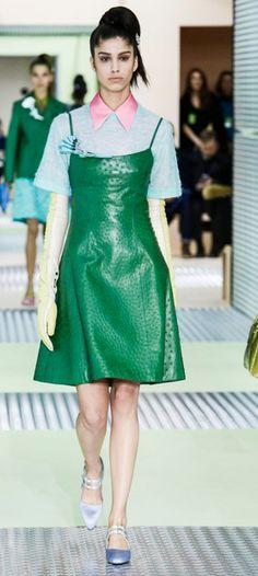 se vio en DelPozo, y ahora en Prada, lo de hoy es ponerse un vestido sobre una camisa/blusa