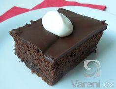Recept na moučník plný čokolády. Na odměření surovin budeme potřebovat pouze hrnek.