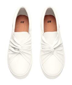 Pin for Later: Das ist der Must-Have Schuh des Frühjahrs ‒ Victoria Beckham & Rihanna sind bereits große Fans! H&M Slip on Sneaker mit Schleifen/Knoten (35 €)