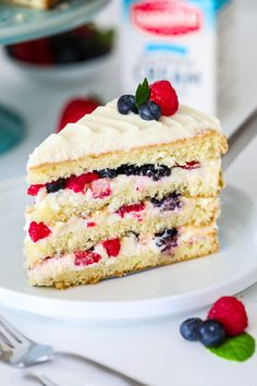 This chantilly berry cake recipe loaded with 4 different berries sweet mascarpone cream cheese frosting and 4 fluffy vanilla cake layers berrycake chantillycake whitecake chantilly frosting mixedberrycake schoko espresso torte Easy Cheesecake Recipes, Best Cake Recipes, Easy Cookie Recipes, Summer Cake Recipes, Strawberry Frosting Recipes, Easy Recipes, Cake Filling Recipes, Strawberry Cream Cakes, Oreo Dessert Recipes