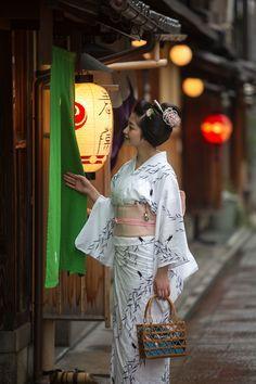 The Kimono Gallery Japanese Costume, Japanese Kimono, Japanese Girl, Kyoto, Geisha Art, Yukata Kimono, Art Japonais, Japanese Characters, Japanese Outfits
