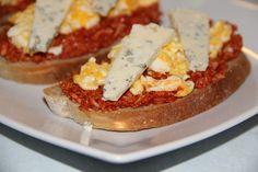 Na pomazánku: Sýr na jemno nastrouháme, přidáme na velmi drobno nakrájenou cibulku, přimícháme rajský protlak, olej, sůl, pepř a dochutíme...