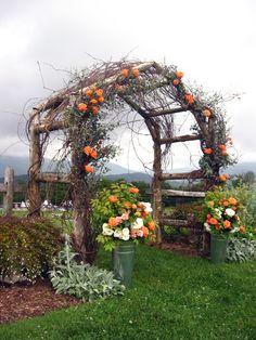Arco de galhos e flores. Love the tall bucket arrangements!