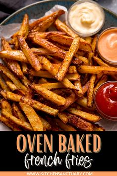 This recipe makes lovely CRISPY french fries - without having to get that deep fat fryer out. No need to par-boil the potatoes, and even peeling those spuds is optional! #ovenchips #ovenfries #frenchfries #ovenbakedfries #potatoes #potato Oven Baked Chips, Crispy Chips, Crispy Chicken Burgers, Crispy Oven Baked Chicken, Steak And Chips, Chicken And Chips, Oven Baked French Fries, Crispy French Fries, Dishes To Go