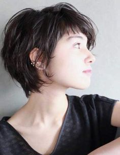Do you want a new trendy haircut for the spring-summer 2019 season? Well, one of the most trendy haircuts this year is the pixie haircut. Trendy Haircuts, Haircuts For Long Hair, Haircuts With Bangs, Short Bob Hairstyles, Short Hair Cuts, Party Hairstyles, Anne Hathaway Short Hair, Long Pixie, Curly Pixie
