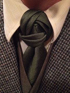 A Blossom Knot with a solid green necktie. I kept this one folded a bit more inwards to maintain a compact look, but pulled out on the folds so it didn't look flat. #MensFashionWedding