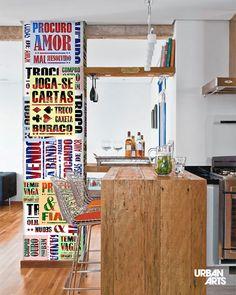 """Ideia para decoração de coluna com lambe-lambes street art com frases divertidas na tipografia clássica dos lambe-lambes de rua. Compre o kit """"Lambe Lambe - Urbano"""", do artista Sawa, em nossa loja online ou em nossas Galerias físicas. #vamosespalhararte #decoração #arquitetura #inspiração #interiores #lambelambe #arte"""