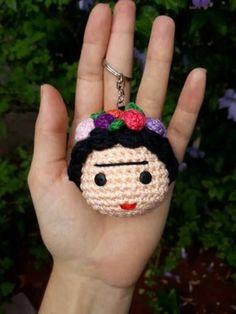 Chaveiro Amigurumi Frida Kahlo - R$ 24,00 em Mercado Livre Crochet Gifts, Crochet Dolls, Crochet Baby, Crochet Coin Purse, Crochet Earrings, Crochet Jar Covers, Crochet Slippers, Crochet Cardigan, Learn To Crochet