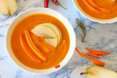 Zupa krem z pieczonej dyni i gruszki : Składniki: 500 g dyni 1 marchewka 2 gruszki 1 ziemniak 1 cebula 700 g bulionu warzywnego gałązka rozmarynu pół papryczki chilli 1/2 łyżeczki kurkumy szczyp. Przepis na Zupa krem z pieczonej dyni i gruszki