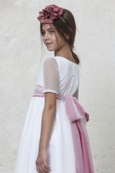 Vestido de comunion Grace en tul plumeti by Quemono. Sencillo vestido de comunión confeccionado en tul plumeti. Original lazo bicolor en tul y gasa rosa. el lazo se puede personalizar en color y forma