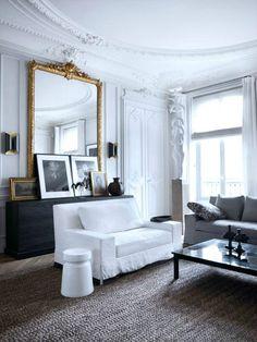 Ein antiker französischer gerahmter Spiegel fügt diesem Wohnzimmer schick und schön hinzu