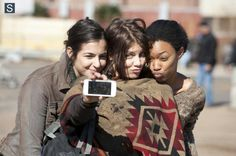 Alanna Masterson (Tara Chalmers), Lauren Cohan (Maggie Greene) e Sonequa Martin Green (Sasha) nas gravações da 4ª Temporada de The Walking Dead.