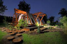La primera casa modular que consume cero energía: Soleta ZeroEnergy One, que se encuentra en Romania. Es el pequeño prototipo desarrollado por la Fundación Justin Capra para la Invención de Tecnologías Renovables. Toda la casa está motorizada con energía limpia, y además es genial, ¡se puede controlar con el smartphone! Elaborada con madera sostenible. #architecture #ecodesign #arquitectura #sostenible