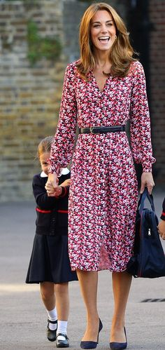 Kate Middleton, the Duchess of Cambridge, looks gorgeous in the dresses, lightweight jackets, and stunning gowns she wears for summer Looks Kate Middleton, Kate Middleton Prince William, Prince William And Kate, Kate Middleton Family, Kate Middleton Outfits, Duke And Duchess, Duchess Of Cambridge, Catherine Cambridge, Vestido Michael Kors