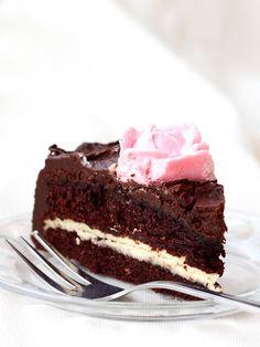 Seuraavana juhlatarjottavista on vuorossa tämä suklainen ihanuus, jonka nimesin maun perusteella Fazerinakakuksi! Nyt tuli tehtyä sellaista suklaakakkua, että tällekin suklaapossulle tuli suklaakiintiö kerrankin täyteen! Tämä on täydellinen unelma suklaanhimoon ja suosittelen tätä ehdottomasti kaikille joilla suklaahammas kolottaa! Ja vaikkei kolottaisikaan, tätä kannattaa silti maistaa. Ehdottomasti yksi parhaista suklaakakuista ikinä! Unelmaisen kostean mehevä pohja, välissä…