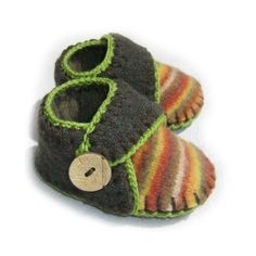 """Found the link! The pattern comes in two sizes to fit babies 9-12M and 12-18 months old - soles measure approx. 4-1/4"""" (10.5cm) and 4-3/4"""" (12cm). $3.95"""