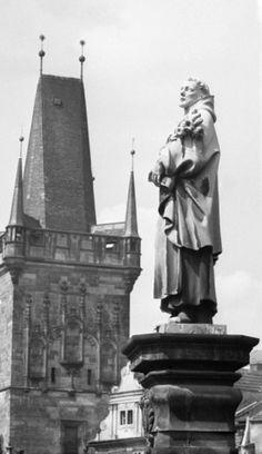Staroměstská mostecká věž (2022) • Praha, 1962 •   černobílá fotografie, socha Karlova mostu a Staroměstská mostecká věž  • black and white photograph, Prague 