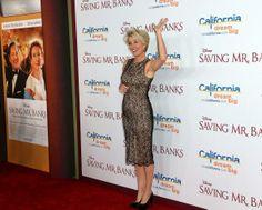 """Emma Thompson compareceu a première do filme """"Saving Mr. Banks"""", na Califórnia, usando um vestido de renda que insinua uma transparência. Confira!"""