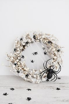 This easy diy spider wreath for Halloween can be made in less than 5 minutes and with only three supplies. Come check out this awesome Halloween DIY. Spooky Halloween, Halloween Chique, Halloween Rose, Halloween Veranda, Halloween Spider Decorations, Halloween Mesh Wreaths, Halloween Cans, Halloween Porch, Diy Halloween Decorations