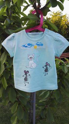 Kočka+a+její+kamarádky+myšky+Originální+ručně+malované+tričko+velikosti+92.+Materiál:+100+%+bavlna,+světlé+tyrkysové+barvy.+Lze+prát+po+rubu+na+40stupňů+na+šetrný+program+-+obrácené+obrázkem+dovnitř.+Žehlit+na+bavlnu,+motiv+přes+plátno+nebo+po+rubu.+Barvy+jsou+do+trička+tepelně+zafixovány+žehlením.