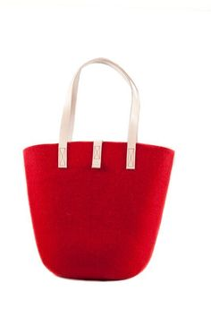 Design by Aki Choklat for Lahtiset. - I use this bag at the market and the grocery store, because the bag is light and easy to carry on the shoulder or hand.