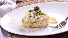 Receta paso a paso con foto de Ensalada Olivier del programa Cocinamos contigo, una versión de ensaladilla rusa con salchichas alemanas.