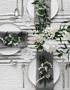 Spring Table für Muttertag - Homey Oh My Wedding Table Linens, Wedding Table Decorations, Wedding Table Settings, Table Centerpieces, Buffet Wedding, Wedding Centerpieces, Beautiful Table Settings, White Table Settings, White Centerpiece