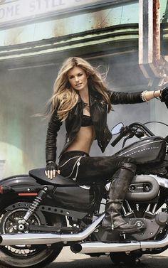 La mega sexy motera Marissa Miller es el ejemplo perfecto de la armonía mujer-moto.