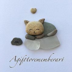 """Sleeping kitten"" I love this little kitten so much that I have to come up with . - barnehage tips - Leuke kat Pebble Painting, Pebble Art, Stone Painting, Sea Glass Crafts, Sea Glass Art, Stone Crafts, Rock Crafts, Pierre Decorative, Sleeping Kitten"