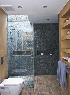 Ebenerdige Eckduschkabine mit Glastür und Mosaikfliesen