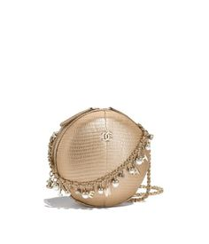 The handbags of the latest Fashion collections on the CHANEL official website Best Handbags, Chanel Handbags, Purses And Handbags, Chanel Bags, Chanel Fashion, Fashion Bags, Moda Chanel, Gucci Purses, Popular Bags
