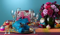 Se você é fã do colorido, invista em uma decor cheia de cores! http://www.minhacasaminhacara.com.br/como-arrumar-a-mesa-para-a-ceia-de-natal/#