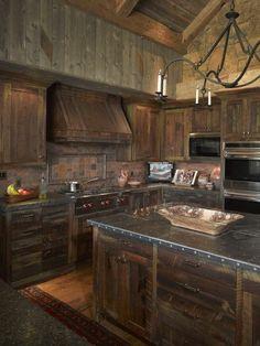 cuisine chene massif, meubles en bois massif pour la cuisine ultra chic, lustre en fer