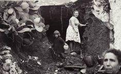 Familia damnificada por las inundaciones en el barrio en 1963 /Torres Molina/Archivo de Ideal Granada, Light And Shadow, Painting, Art, War, Pig Farming, Antique Photos, Computer File, Towers