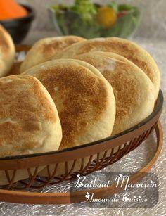 """Batbout marocain """"بطبوط مغربي"""" Bonjour tout le monde, Voila de super fondants e. How To Make Bread, Bread Making, Arabic Food, Finger Foods, Fondant, Sandwiches, Wraps, Snacks, Table"""