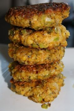 Kikert-karbonader - Veganeren Veg Recipes, Vegan Recipes Easy, Organic Recipes, Vegetarian Recipes, Cooking Recipes, Vegan Chickpea Burger, Chickpea Patties, Quick Easy Vegan, Food Out