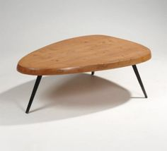 PERRIAND Charlotte Table basse à épais plateau en hêtre à découpe de forme