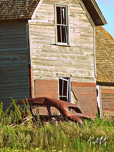 I don't know what it is about abandoned building and cars but they make great photographs..