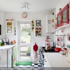 Die Farbakzente in der weißen Küche brechen mit dem Einheitslook. Sie verleihen dem Raum mehr Ausdruck und Vitalität. Zum Nachmachen eignet sich für den Anfang…
