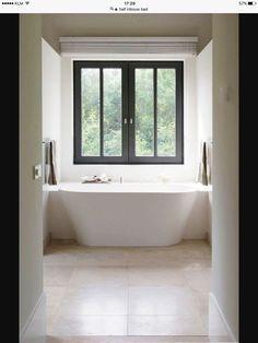 Half ingebouwd bad tussen 2 wanden. Mooi en praktisch ivm schoonmaken.