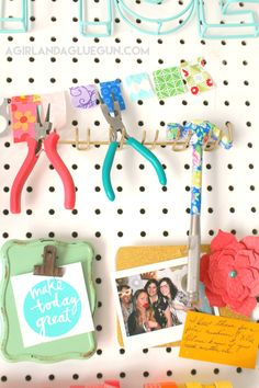 Organizing my craft room - A girl and a glue gun Sewing Room Design, Craft Room Design, Sewing Spaces, Sewing Rooms, Sewing Studio, Craft Desk, Craft Room Storage, Space Crafts, Arts And Crafts