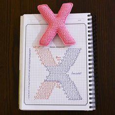 Alfabeto crochet - X Crochet Gratis, Crochet Diy, Crochet Amigurumi, Crochet Pillow, Love Crochet, Amigurumi Patterns, Crochet Flowers, Crochet Diagram, Crochet Chart