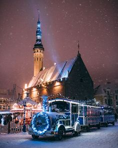 A few weeks ago, the photographer Jake Farra took advantage of a snow storm in Estonia to wander in the capital of the country for hours, just after work. Places Around The World, Around The Worlds, Estonia Travel, Medieval, Pool Days, Deck The Halls, Baltic Sea, Christmas Pictures, Winter Pictures