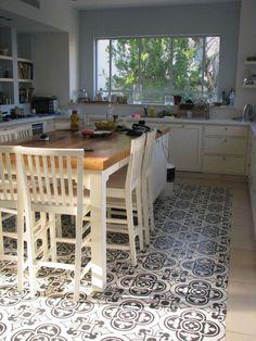 אי במטבח מרוצף / גילה בן ישראל - אורלי רובינזון, האתר הישראלי לעיצוב - אריחים מתחת לשולחן אוכל