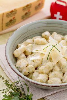 Gli #gnocchi alle erbe ripieni di Sbrinz sono un primo piatto ricco e saporito, perfetto per riscaldarsi durante le giornate fredde! (Sbrinz #cheese stuffed gnocchi) #Giallozafferano #recipe #ricetta #Svizzera #Switzerland #dumplings