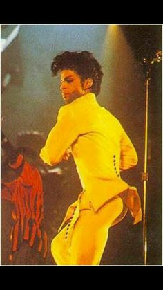 Prince in yellow, showing off the booty lol Prince Concert, Lloyd's Of London, Pictures Of Prince, Prince Images, Second Cousin, Artist Film, Gold Outfit, Paisley Park, Dearly Beloved