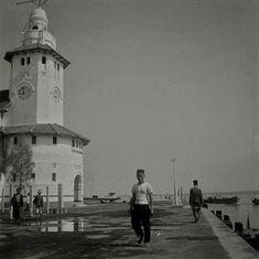 Haveningang van Soerabaja (Surabaya). Het havenkantoor staat prominent in beeld. 1945