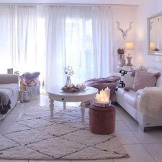 Moroccan Handwoven (@moroccanhandwoven) • Instagram-kuvat ja -videot Rug Styles, Moroccan Rug, Table, Furniture, Interior, Beautiful Homes, Home Decor, Konmari, Dining Table