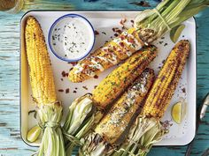 Fresh, grilled corn on the cob is a hallmark of warm and sunny summer days. Paired with grilled hamburgers, smoked pork or other grilled vegetables, Grilled Chicken Sides, Grilled Corn On Cob, Grilled Hamburgers, Corn Dip, Slow Cooker Chili, Corn Recipes, Vegetable Recipes, Veggie Dishes, Corn Dishes