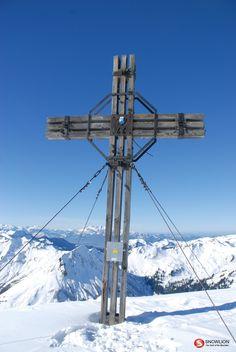 Schöne Einstiegstour mit steilem, exponiertem Gipfelanstieg. Nahe des Skigebietes Faschina und dennoch abseits von jedem Trubel bietet diese Skitour Erholung im Grenzgebiet von Bregenzerwald und Biosphärenpark Großes Walsertal. Portal, Utility Pole, Small Ponds, Recovery, Alps